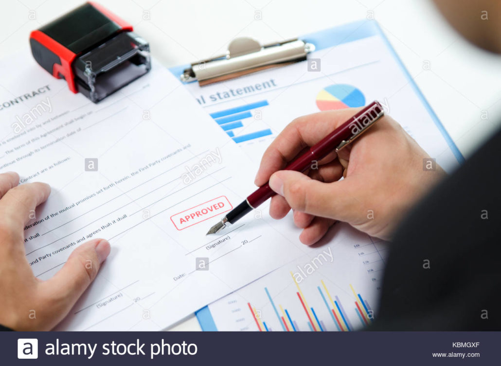 luomo-firma-il-contratto-con-la-penna-approvato-il-timbro-sul-documento-timbro-approvazione-del-documento-certificato-contratto-avvocato-concetto-a-mano-kbmgxf