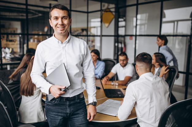 gruppo-di-persone-che-elaborano-business-plan-in-un-ufficio_1303-16056